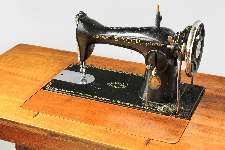 Macchina cucire pedale singer ghisa legno vintage for Macchina cucire pedale